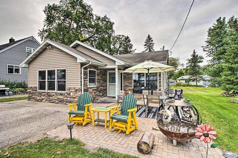 Lakeside Cottage: Walk to Water, Dining & Marina!, alquiler vacacional en Detroit Lakes