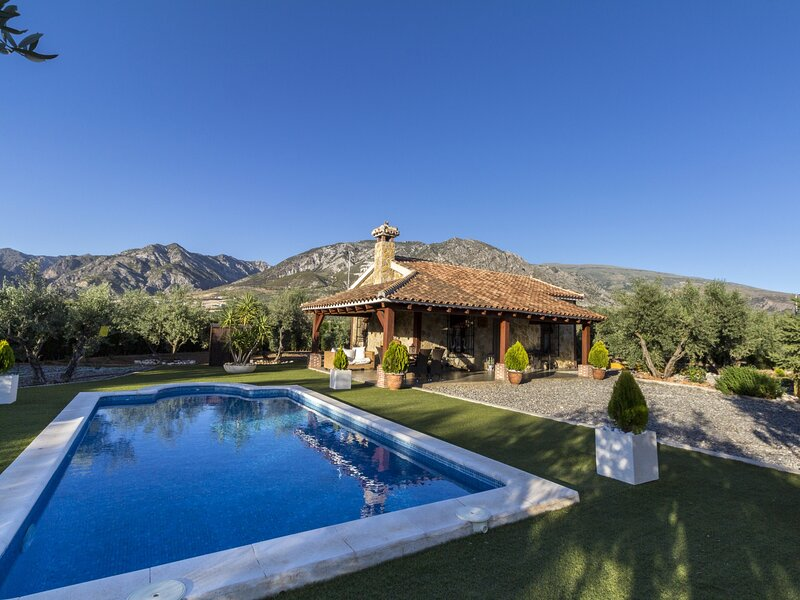 Charming farmhouse, garden, pool and wifi, aluguéis de temporada em Durcal