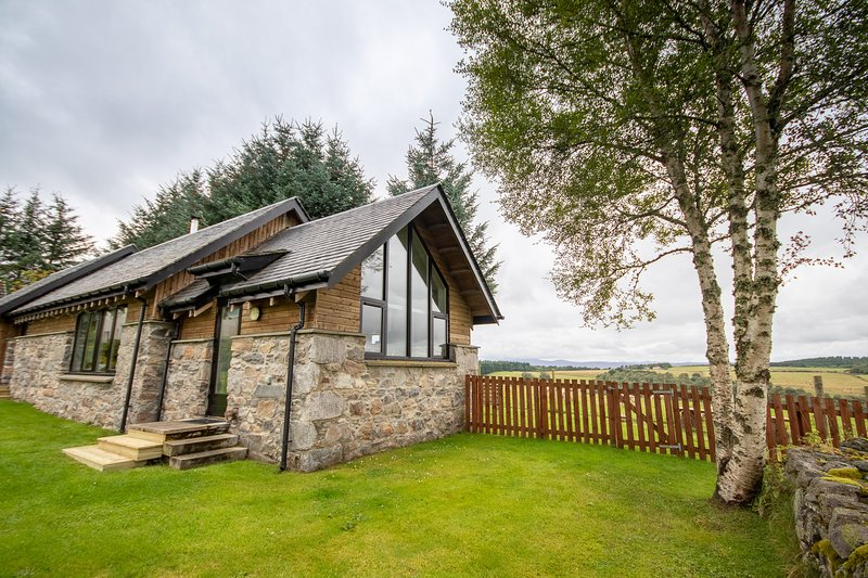 Pinewood Steading, Beauly, Inverness: dog friendly, Gold Award Green Tourism, holiday rental in Dores