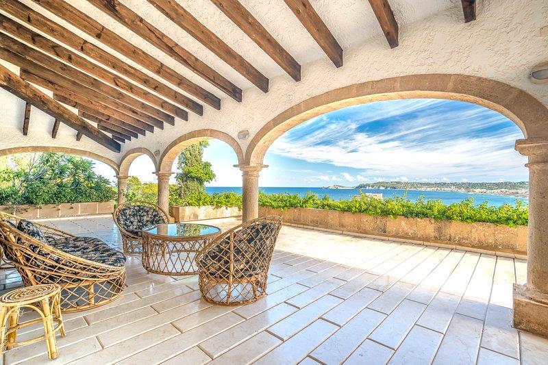 Elegant hillside villa w/ amazing terrace, pool & sea view - walk to the beach!, location de vacances à Javea