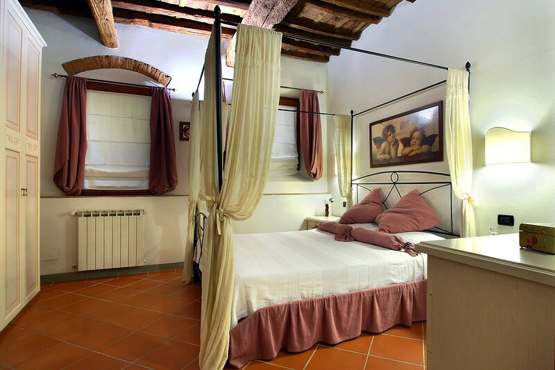 Romantic Florence apartment ideally located for city exploration, sleeps 4, vacation rental in Florence
