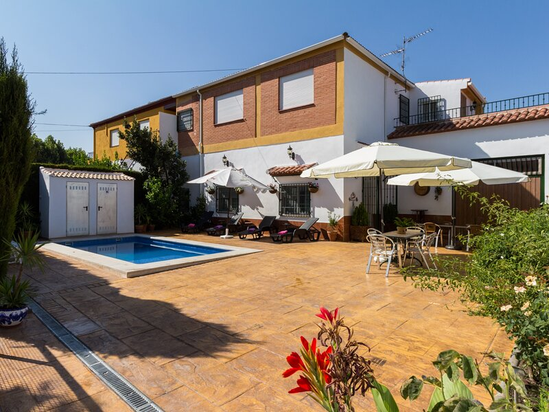 Charming house with pool, terrace and WiFi, aluguéis de temporada em Durcal