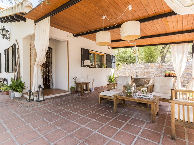 Charming farmhouse, garden, pool and wifi, holiday rental in Niguelas