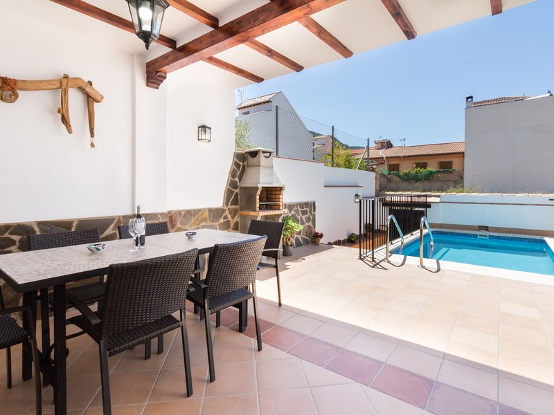 Brand new house with pool, barbecue, wifi and aircon, holiday rental in Niguelas
