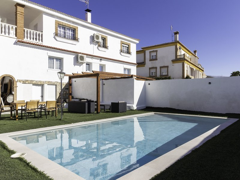 Large house with two swimming pools, wifi and 6 rooms, aluguéis de temporada em Otura