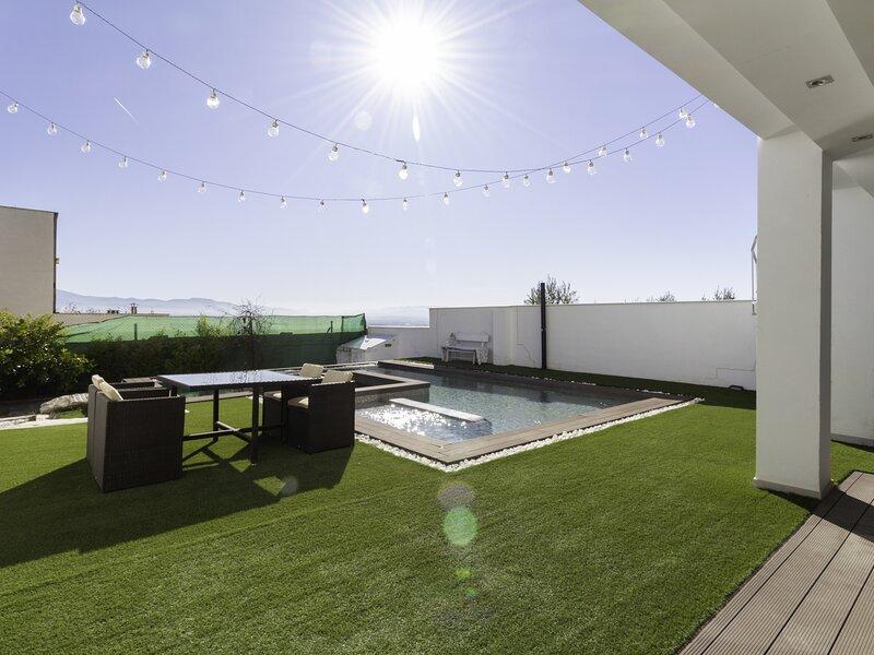 Design villa with garden, pool and fantastic views, alquiler vacacional en Moclín