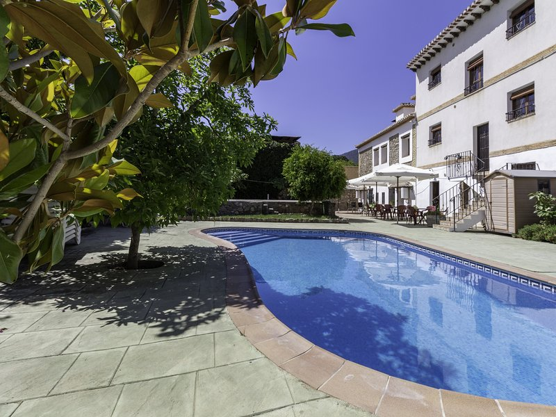 Complex of 3 apartments and 2 rural houses with swimming pool, large terrace and – semesterbostad i Pinos del Valle