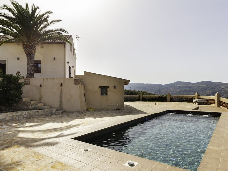 Beautiful cortijo with terrace, pool and magnificent views – semesterbostad i Pinos del Valle