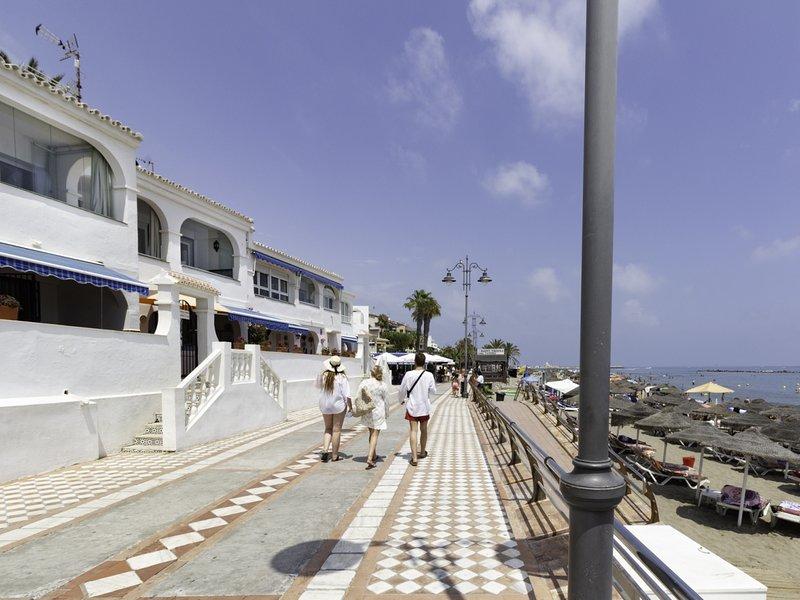 Apartment with sea views in 1st line beach Santa Ana, vakantiewoning in Benalmadena