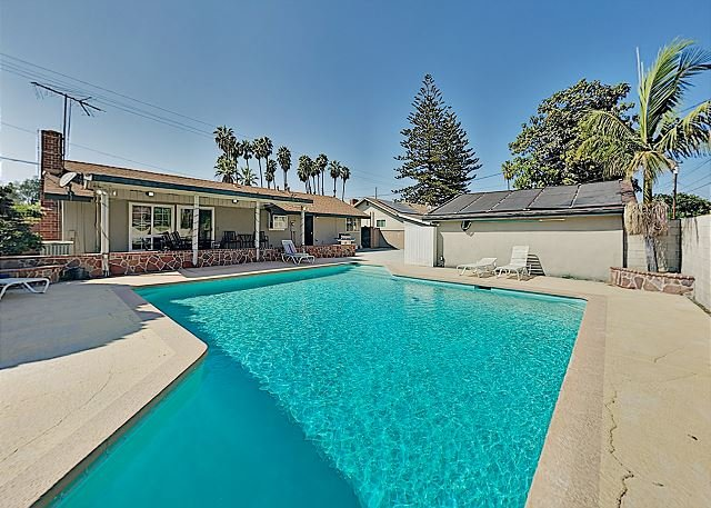 Parkside Perfection | Private Pool & Garage | Walk to Disneyland Drive, holiday rental in Westminster