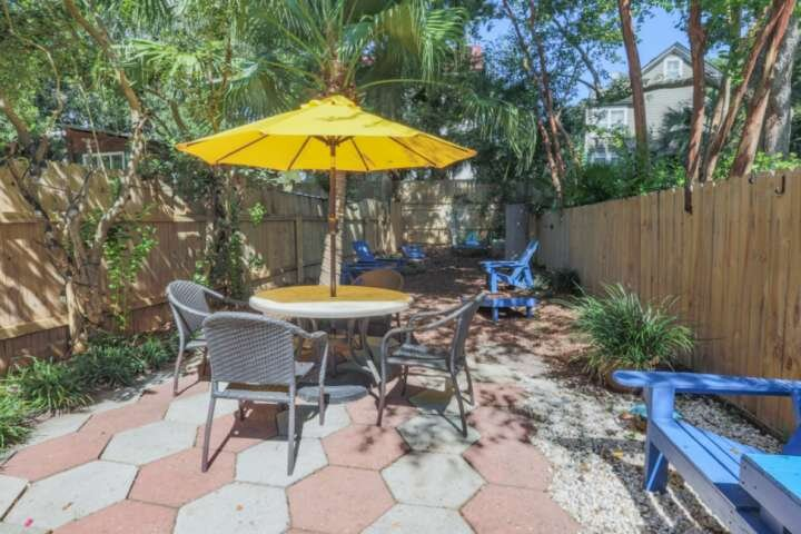 Beautifully Decorated, Centrally Located Home with Spacious Fenced Patio, aluguéis de temporada em Mount Pleasant