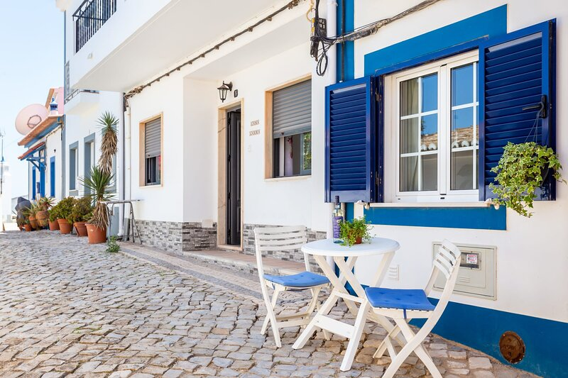 Casinha Dos Sonhos T1 - Completely renovated 1 bedroom apartment, vacation rental in Burgau