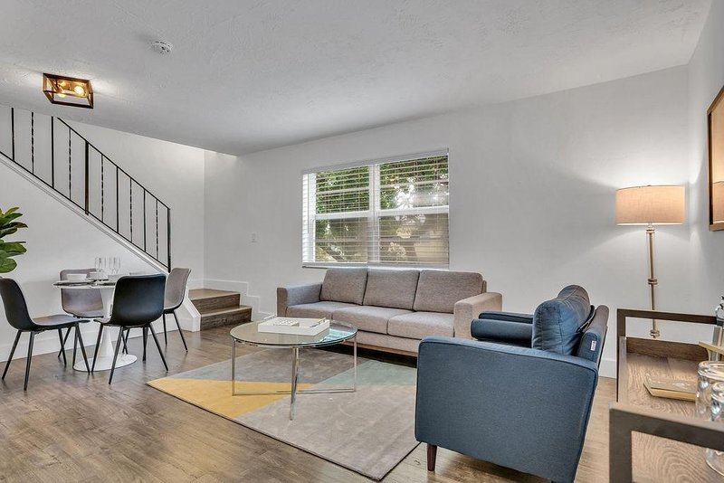 Coral Gables | 2 BR |Townhome | Close to beach| Walkscore 84, holiday rental in Coral Gables