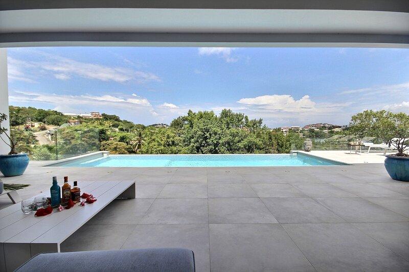 Villa Caouanne: grande piscine à débordement, accès ponton, holiday rental in Trois-Ilets