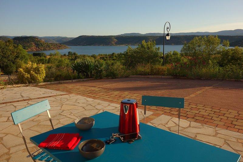 Studio-gîte vue imprenable sur les rouges-bleus-verts du lac du Salagou, holiday rental in Cabrieres