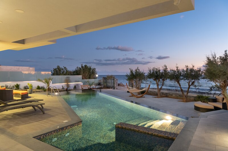 Luxurious 5 bedroom Seafront Condo with infinity pool and spa, vacation rental in Koutsouras