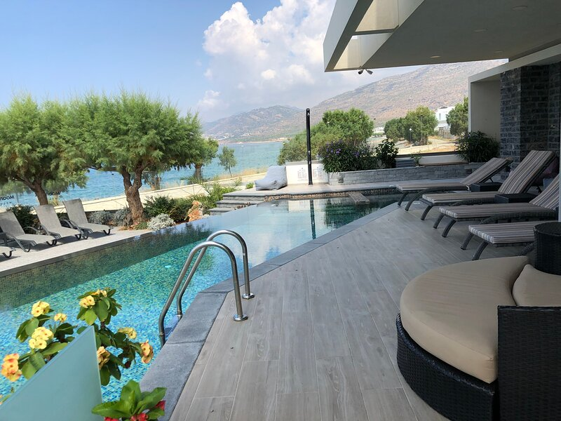 Luxurious 4 bedroom condo in seafront Moonlight villa with infinity pool, vacation rental in Koutsouras