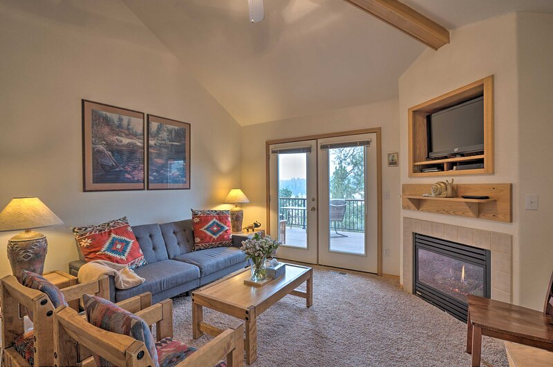 NEW! Resort-Style Klamath Falls Townhome w/ Deck!, holiday rental in Keno