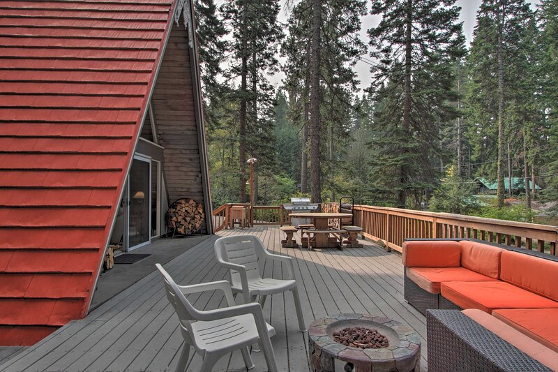 Woodsy A-Frame Chalet Half Mile to Cle Elum Lake!, holiday rental in Ronald