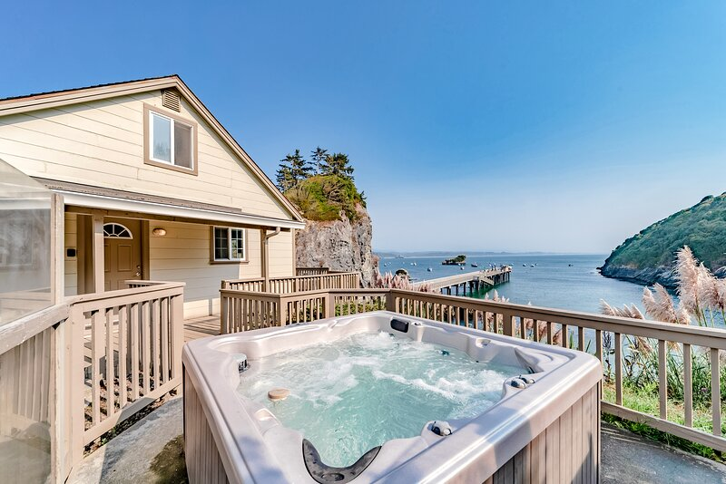 Oceanfront home with amazing views, hot tub, deck - hiking nearby!, vacation rental in Trinidad