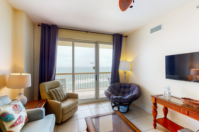 Beachfront, 17th floor condo w/ Gulf views, shared pools, & a fitness center, holiday rental in Truckee