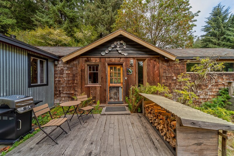 Private cabin close to lagoons, beaches, & the Redwood Parks, vacation rental in Orick