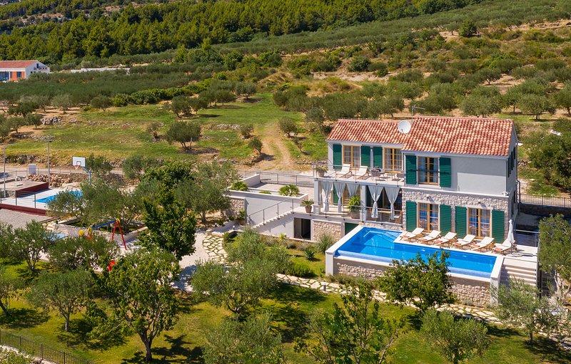 Villa Iva Kaštel Lukšic, in Dalmatia, with a Pool, casa vacanza a Kastel Luksic