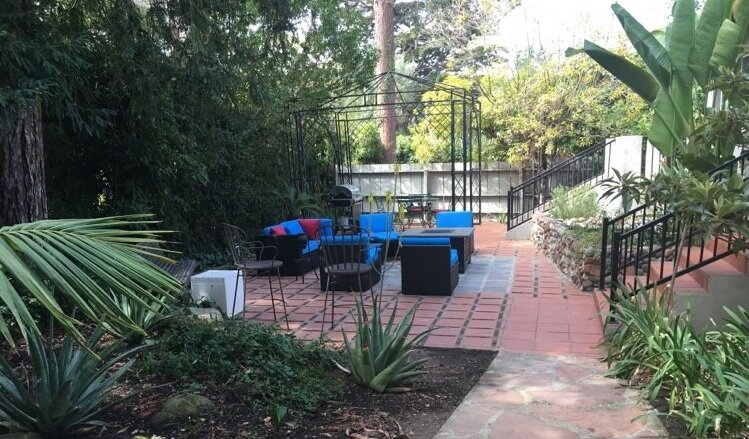 Gorgeous, spacious getaway with deck access in every room, 2 Masters., holiday rental in Goleta