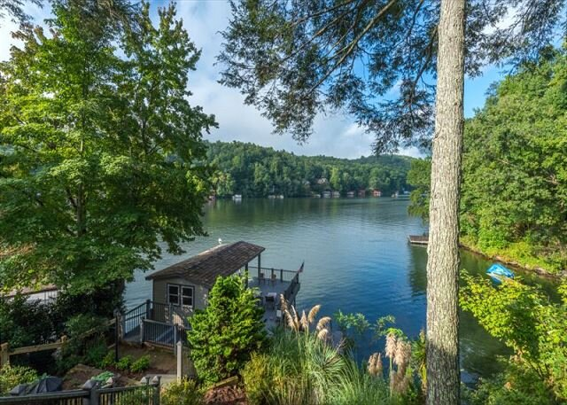 Lakeshire on Lake Lure I 3 BR Lake Front Home I Pet Friendly – semesterbostad i Lake Lure