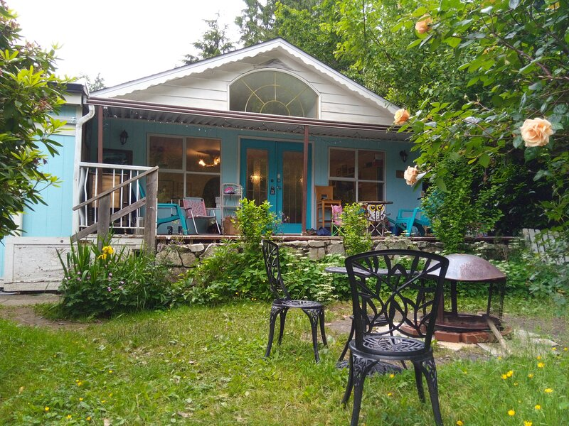 Cosy Cottage Getaway in a Lakeside Mountain Valley, holiday rental in Harrison Hot Springs
