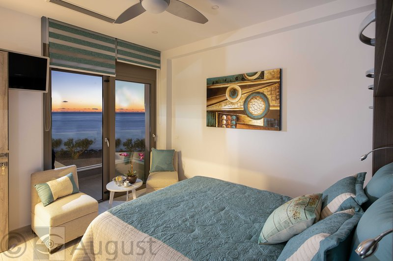 Two bedroom condo in sea-front Moonlight villa with infinity pool, vacation rental in Koutsouras