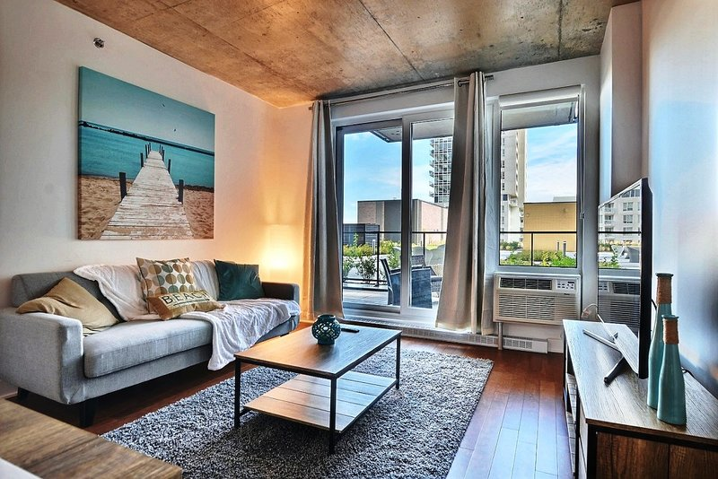 #303 Stunning with Large Balcony Downtown West, holiday rental in Brossard
