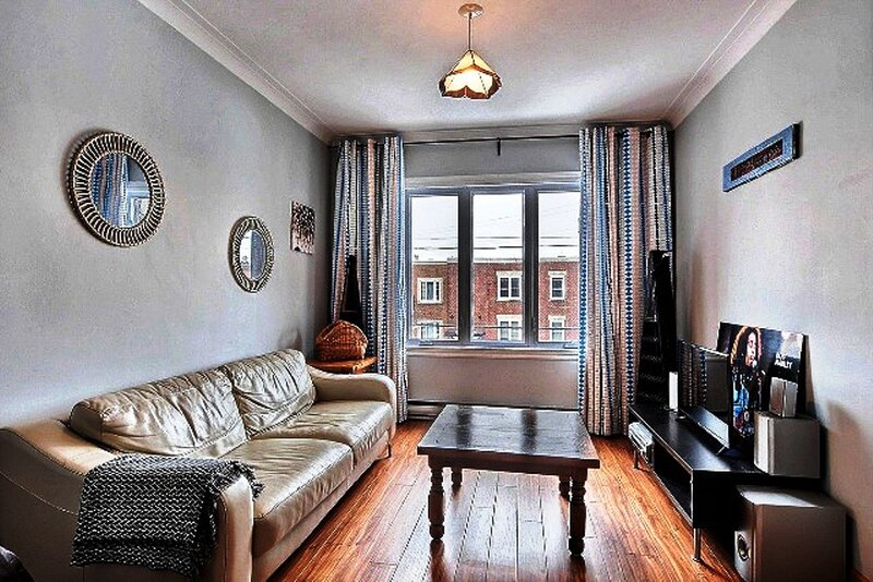 #174 Updated Roomy Pet Friendly Apt, holiday rental in La Prairie