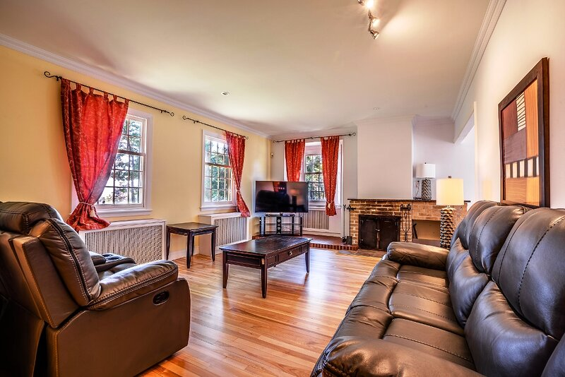 #651 - Magnific House in Upscale Neighbourhood Qc, holiday rental in Scott