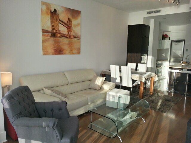 #139 Sleek, Modern APT in Old Montreal with a Breathtaking View, vacation rental in Saint-Lambert