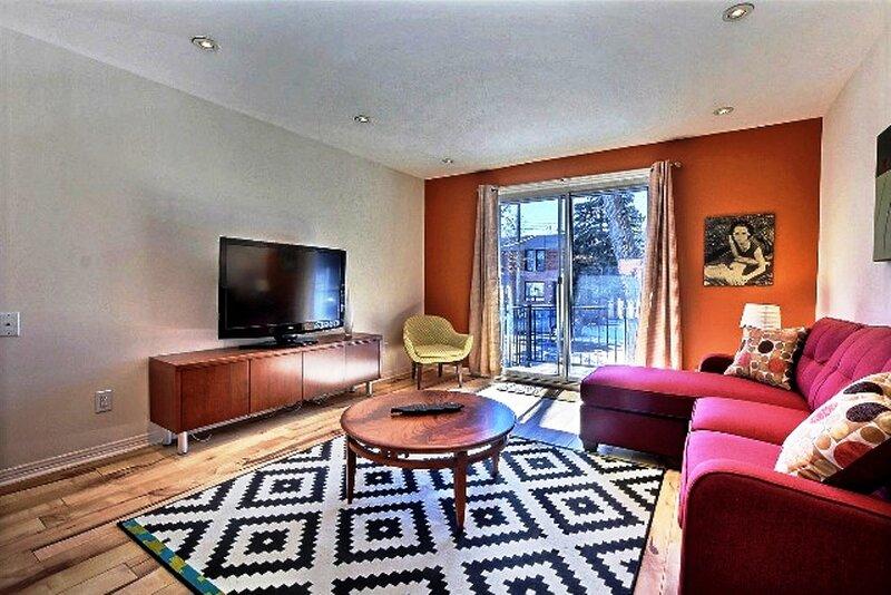 #275 - Tastefully renovated, Spacious with Outdoor Space, aluguéis de temporada em Repentigny