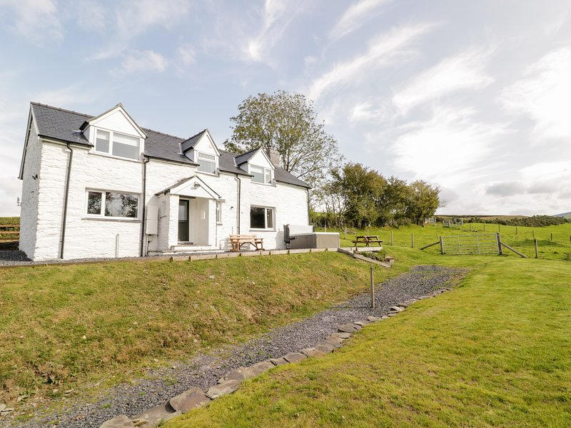 BRYNDAN, countryside views, hot tub, Machynlleth 5 miles, Ref 950951, vakantiewoning in Llanbrynmair