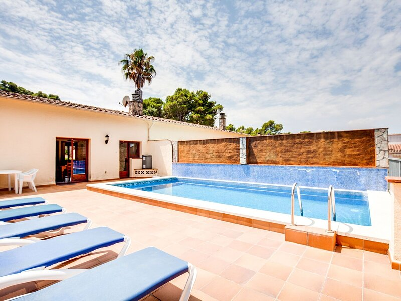 Chic Holiday Home in Playa de Pals with Terrace, alquiler vacacional en Peratallada