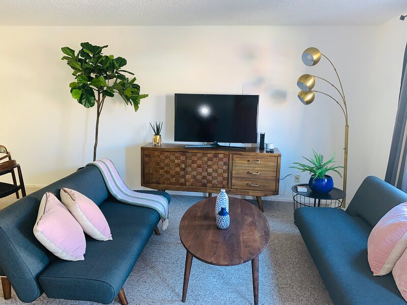 B4- Chic, Clean, Spacious, Apartment w/ EV Charging Station, vacation rental in Desert Hot Springs