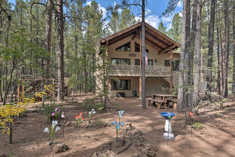 Pinetop Cabin w/ Deck, Fire Pit, Game Room & Views, holiday rental in Apache County