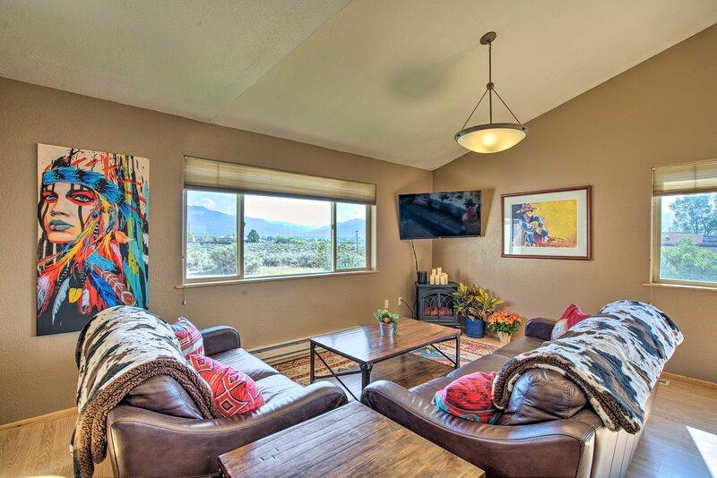 NEW! Secluded Desert Home w/Fire Pit: 3 Mi to Taos, casa vacanza a El Prado