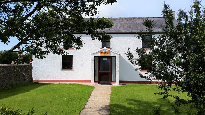 Spacious 3-Bedroom 3-Bathroom Country Cottage, just 2-miles from Newgale Beach, holiday rental in Newgale