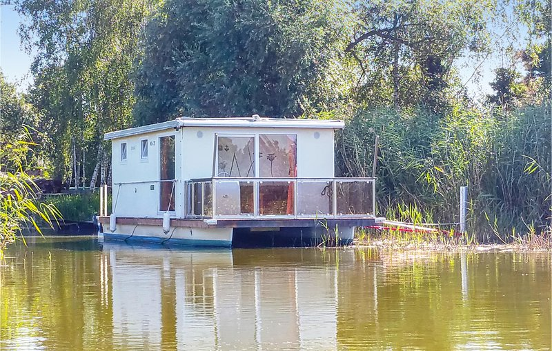 Nice ship/boat in Havelsee with 1 Bedrooms (DBB014), location de vacances à Brandenburg City