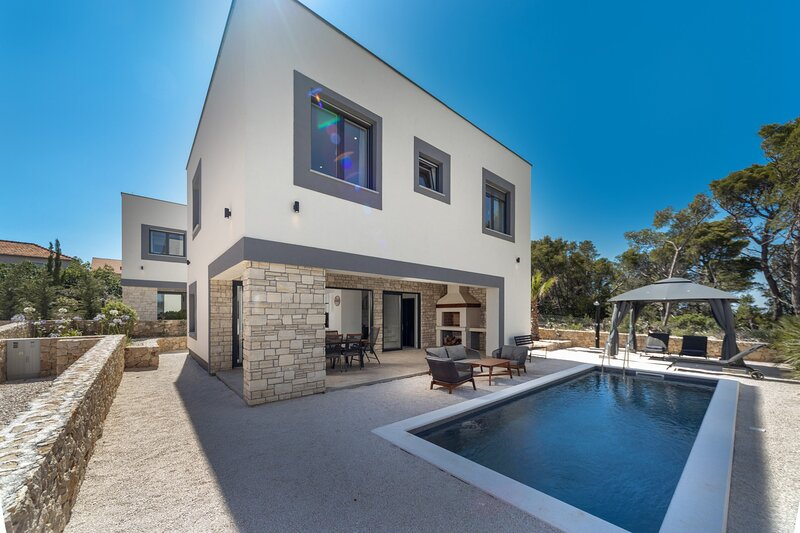 Modern Villa Royal House 2 , with a Pool, holiday rental in Pasman