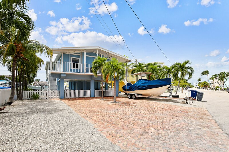 Dog-friendly home on a wide canal w/ amazing water views!, alquiler de vacaciones en Sunset Point