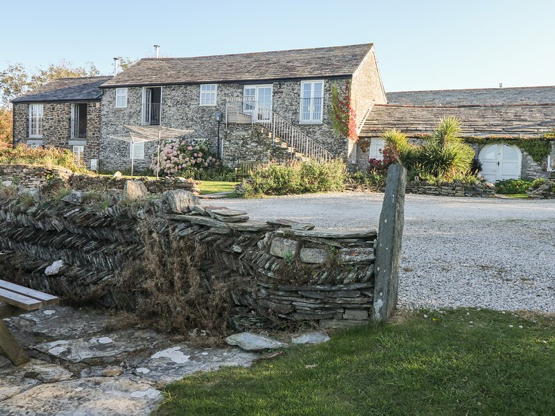 THRESHINGS COTTAGE, exposed stone, open-plan, near coast, Ref 970386, vacation rental in Tintagel