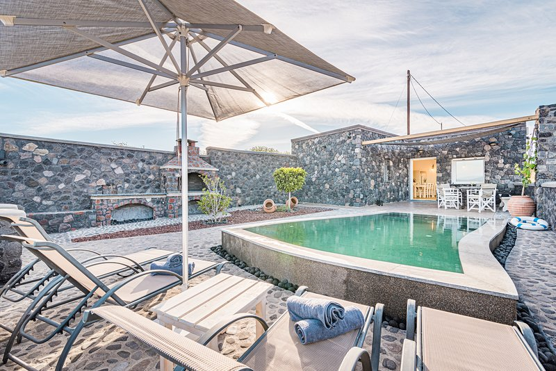 Klimata House - Private Jacuzzi Pool & BBQ Villa, location de vacances à Vlychada