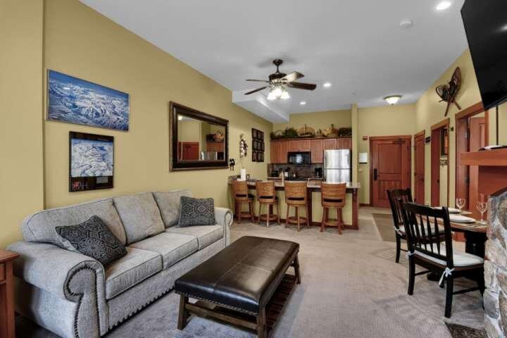1st Floor Solitude Condo, Outdoor Pool/Hot Tub, Game Room, BBQ, Weddings, Hike,, holiday rental in Solitude