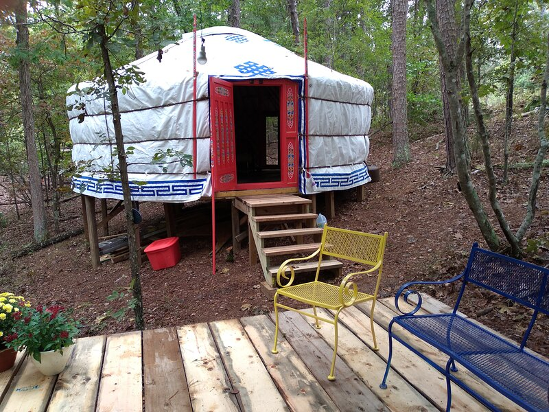 Unique Mongolian Yurt, Off-Grid Glamping for Two by the Buffalo's Hasty Cutoff, holiday rental in Parthenon