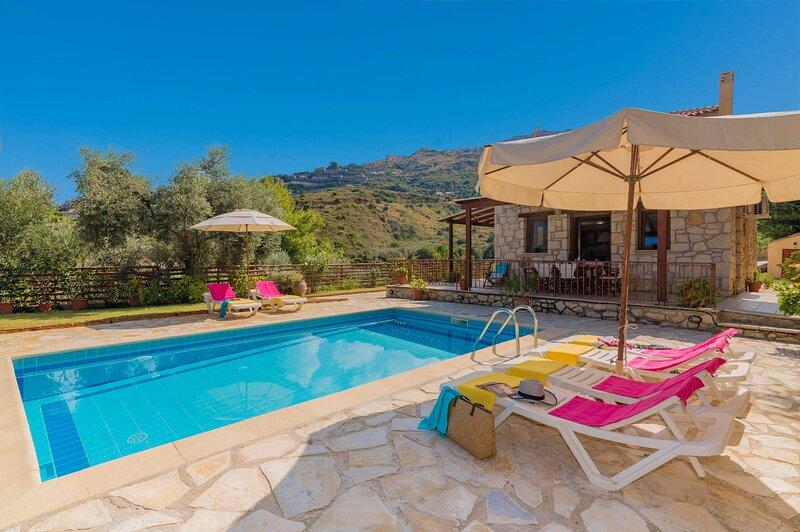 Villa Andon with Private Pool, location de vacances à Xirokastello